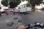 Clip: Bị nuốt chửng dưới gầm xe buýt, người đi xe máy đứng dậy đi lại bình thường