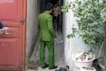 Chém hàng xóm, người đàn ông cố thủ trong nhà dọa tự sát