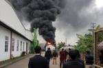 Clip: Cháy dữ dội trong khu công nghiệp Tân Liên, cột khói cao cả chục mét