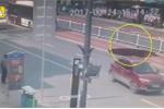 Clip: Hố tử thần đột ngột há miệng, suýt nuốt chửng xe buýt trên đường