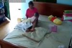 Clip: Phẫn nộ với giúp việc liên tục giật, lắc thô bạo bé vài tháng tuổi