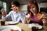 Cô gái bị bạn trai chia tay vì suốt ngày 'cắm mặt vào điện thoại'