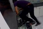 Chủ quán nhanh như cắt phi thân qua tủ kính, đuổi theo tên cướp điện thoại