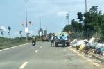 Truy tìm hai người đàn ông đi ô tô bán tải ngang nhiên vứt rác bên đường mòn Hồ Chí Minh