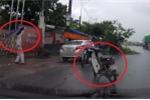 Clip: Người đàn ông dựng xe máy giữa đường, nhảy múa dưới trời mưa