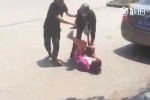 Cầm dao cướp tiền phụ nữ trên phố, bị dân quây đánh tơi tả