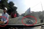 Clip: Va chạm giao thông, hành động của người đi xe máy khiến tài xế ô tô ngỡ ngàng