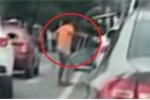 Clip: Xin tiền không được, gã ăn mày cầm nạng hành hung nữ tài xế