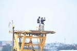 An ninh Mỹ cẩn thận lên điểm cao quan sát trước khi chuyên cơ của Tổng thống Mỹ hạ cánh