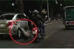 Clip: Áo dài cuốn vào bánh xe máy, cô gái ngã lộn cổ xuống đường