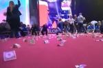 Video: Khán giả náo loạn nhặt mưa tiền ở diễn đàn kinh tế