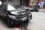 Ô tô 'điên' tông liên hoàn trên phố Hà Nội, 2 mẹ con đi xe máy bị thương nặng