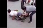 Clip: Giả tàn tật xin tiền trên phố bị lật tẩy bẽ bàng
