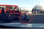 Clip: Xe buýt vượt đèn đỏ, húc bay người đi xe máy trên phố Sài Gòn