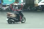 Clip: Nữ 'ninja Lead' vượt đèn đỏ, nghênh ngang dừng xe giữa ngã tư xem điện thoại