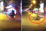 Clip: Xe máy chở hai nghênh ngang bốc đầu và cái kết ê chề