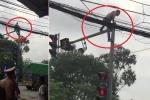 Clip: Bị CSGT thu xe, nam thanh niên leo lên cột đèn giao thông ăn vạ