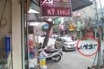 Clip: Mở cửa ôtô bất cẩn, 'đốn' ngã 2 học sinh đi xe đạp điện