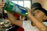 Đừng làm nguy hiểm tính mạng của con bởi hành động 'nhấp một ngụm rượu cho biết mùi vị'