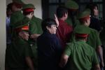 Ảnh: Bị cáo Nguyễn Thanh Hóa, Phan Sào Nam vẫy tay chào người thân trước khi lên xe thùng