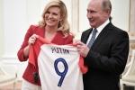 Tiep don Tong thong Croatia tai Matxcova, ong Putin nhan duoc mon qua dac biet hinh anh 2