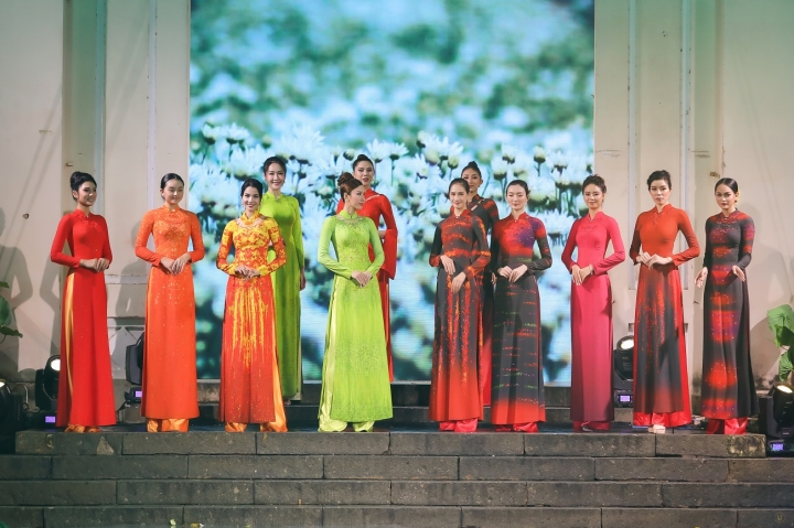 Thiết kế độc đáo bộ sưu tập 'Sắc hoa' gây ấn tượng tại Lễ hội áo dài TP.HCM - 2
