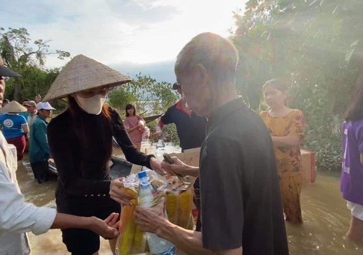 Kêu gọi chưa đầy 2 ngày, Thủy Tiên nhận hơn 22 tỷ đồng giúp dân vùng lũ - 1