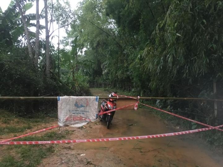 Mưa lớn gây sạt lở, nhiều tuyến đường, kè biển ở Hà Tĩnh bị chia cắt - 7