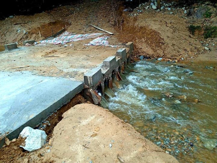 Mưa lớn gây sạt lở, nhiều tuyến đường, kè biển ở Hà Tĩnh bị chia cắt - 4