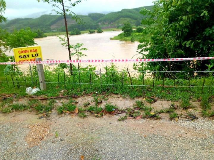 Mưa lớn gây sạt lở, nhiều tuyến đường, kè biển ở Hà Tĩnh bị chia cắt - 8
