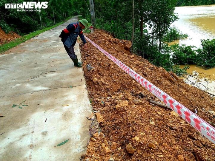 Mưa lớn gây sạt lở, nhiều tuyến đường, kè biển ở Hà Tĩnh bị chia cắt - 1
