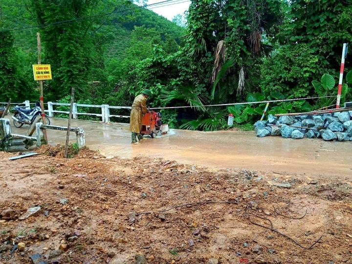 Mưa lớn gây sạt lở, nhiều tuyến đường, kè biển ở Hà Tĩnh bị chia cắt - 5