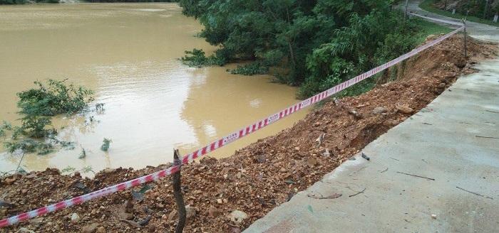 Mưa lớn gây sạt lở, nhiều tuyến đường, kè biển ở Hà Tĩnh bị chia cắt - 6
