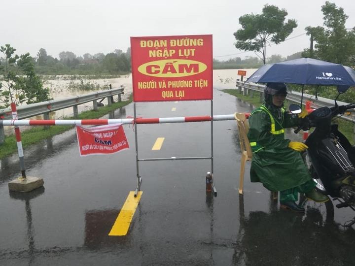 Nước lũ lên nhanh, nhiều xã ở Hà Tĩnh đang bị cô lập - 1