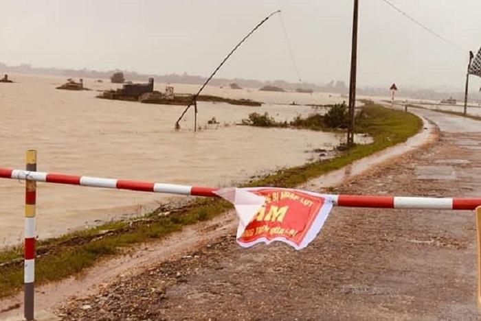 Nước lũ lên nhanh, nhiều xã ở Hà Tĩnh đang bị cô lập - 2