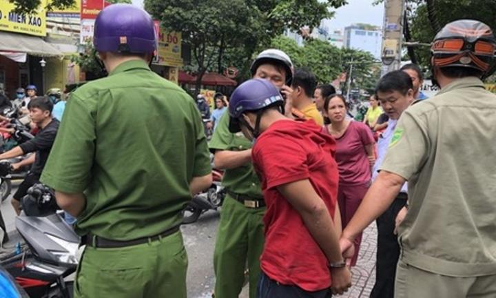 Cướp giật bị bắt, thanh niên khóc lóc xin tha vì vợ mới sinh 3 tháng - 1