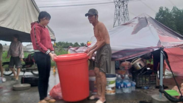 Mưa lớn kéo dài, dân Quảng trị dựng  lều bạt bên đường tránh lũ - 3