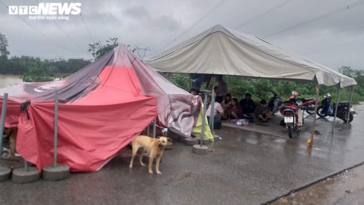 Mưa lớn kéo dài, dân Quảng trị dựng  lều bạt bên đường tránh lũ - 1