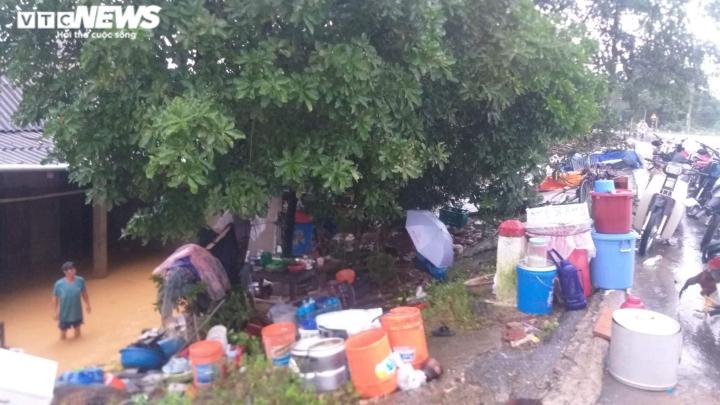 Mưa lớn kéo dài, dân Quảng trị dựng  lều bạt bên đường tránh lũ - 4