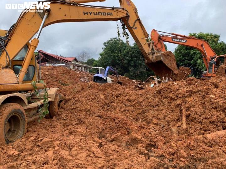 TRỰC TIẾP: Tìm thấy 12 thi thể cán bộ, chiến sĩ Đoàn 337 bị đất sạt lở vùi lấp - 4
