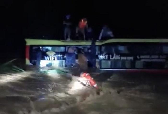Xuyên đêm giải cứu 18 người trên xe khách bị lũ cuốn trôi ở Quảng Bình - 1