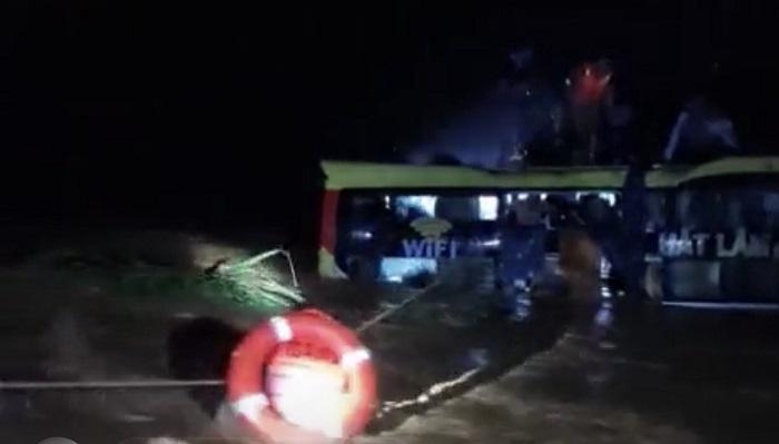 Xuyên đêm giải cứu 18 người trên xe khách bị lũ cuốn trôi ở Quảng Bình - 2