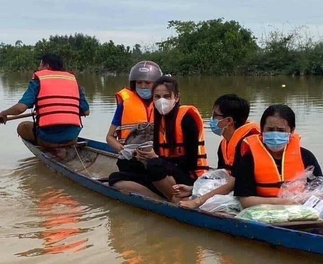 Vợ chồng Thủy Tiên - Công Vinh mang cả vali tiền đi cứu trợ miền Trung - 1