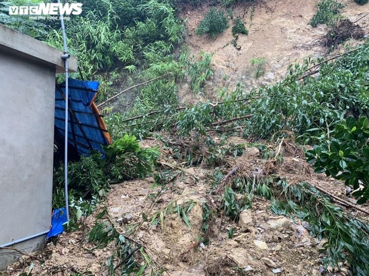 Vết nứt lớn trên núi Ba Cồn, đất đá đang tiếp tục sạt lở.