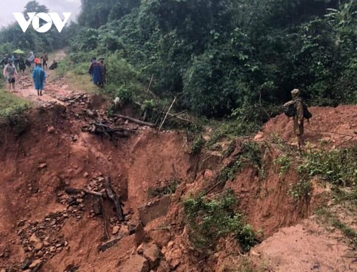 Trực thăng thả hơn 1,5 tấn hàng cứu trợ dân vùng lũ ở Quảng Trị - 1