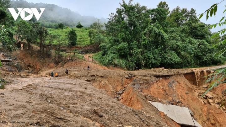 Trực thăng thả hơn 1,5 tấn hàng cứu trợ dân vùng lũ ở Quảng Trị - 2