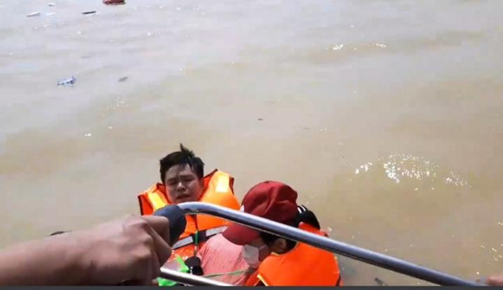 Đoàn cứu trợ 6 người bị lật thuyền rơi xuống dòng lũ dữ ở Quảng Bình - 1