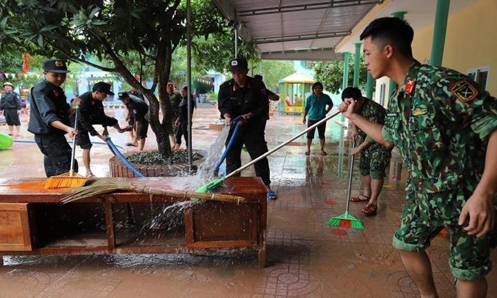 Giáo viên xắn quần, lội nước mò sách vở cho học sinh sau lũ - 12