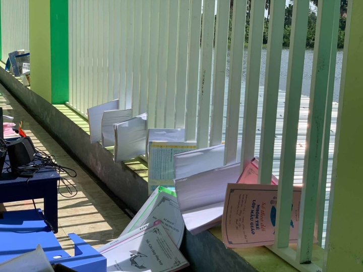 Giáo viên xắn quần, lội nước mò sách vở cho học sinh sau lũ - 6