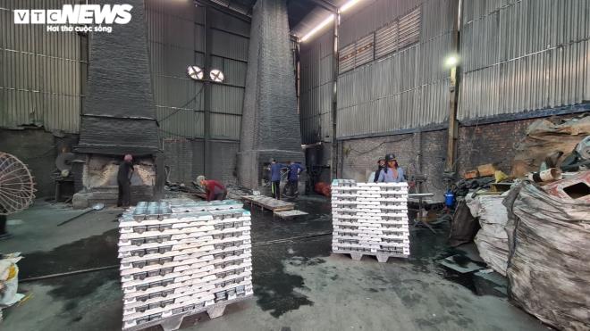 Kinh hãi 300 ống khói xả thẳng lên trời ở làng tái chế nhôm lớn nhất miền Bắc - 1